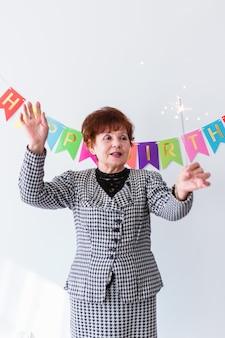 Donna senior che celebra il suo birthay a casa