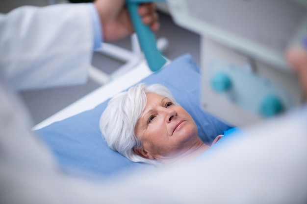 Donna senior che subisce un esame radiografico