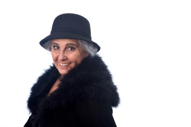 Donna senior con il cappello su bianco