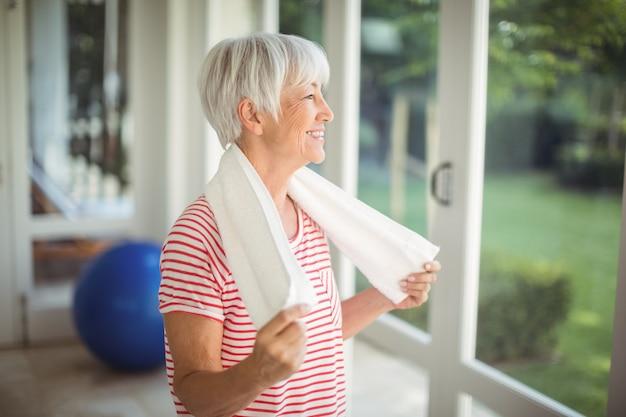 Donna senior con l'asciugamano a casa