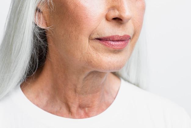 Donna senior del primo piano con il fronte pulito