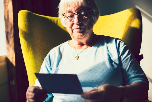 Donna senior guardando una foto
