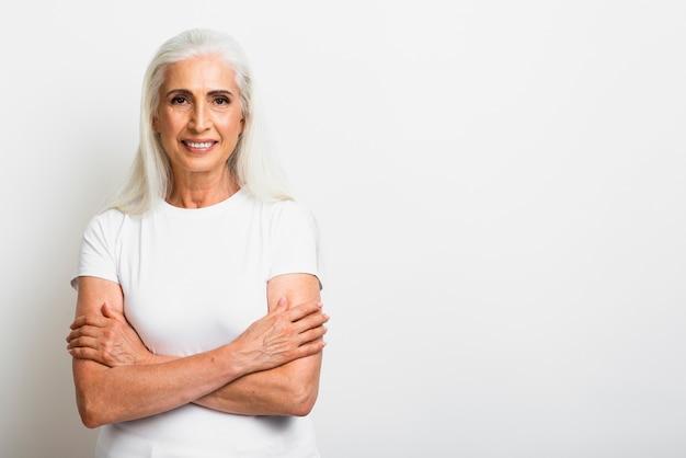 Donna senior in buona salute con le armi attraversate