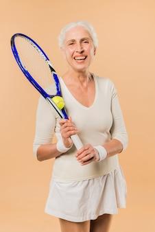 Donna senior moderna che gioca a tennis