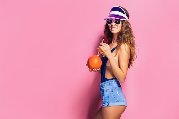 Donna sensuale con frutta succosa