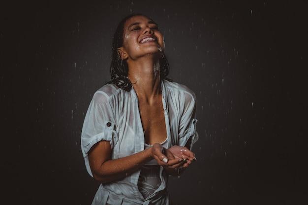 Donna sentirsi bene e libera sotto la pioggia estiva