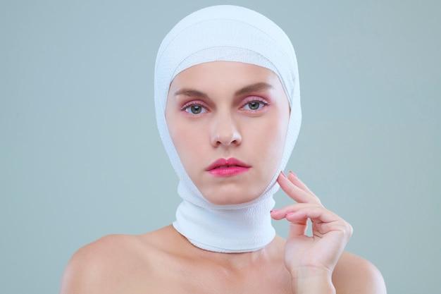 Donna seria nella fasciatura della testa