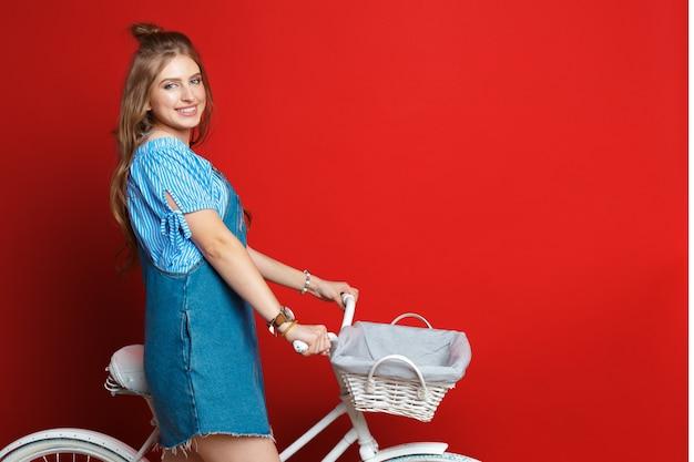 Donna sexy con bici d'epoca
