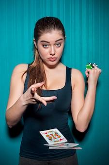 Donna sexy con carte da poker