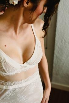 Donna sexy con lingerie bianca, delicatezza femminile.