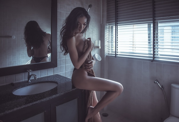 Donna sexy in bagno
