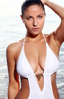Donna sexy sulla spiaggia