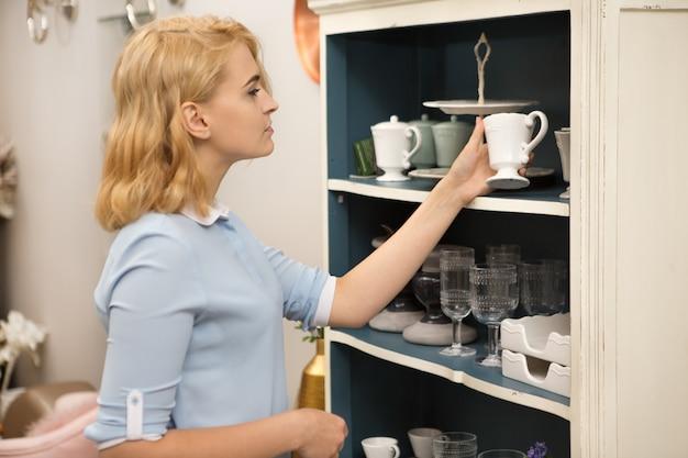 Donna shopping nel negozio di articoli per la casa