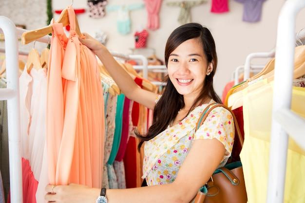 Donna shopping nel negozio