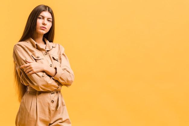 Donna sicura di vista frontale in studio