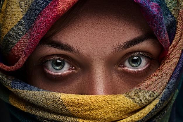 Donna siriana con gli occhi socchiusi