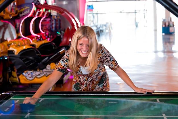 Donna smilling di vista frontale che gioca l'hockey dell'aria
