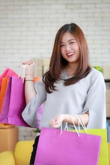 Donna soddisfatta dei suoi sacchetti della spesa.