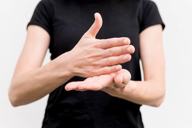 Donna sorda che comunica attraverso il linguaggio dei segni