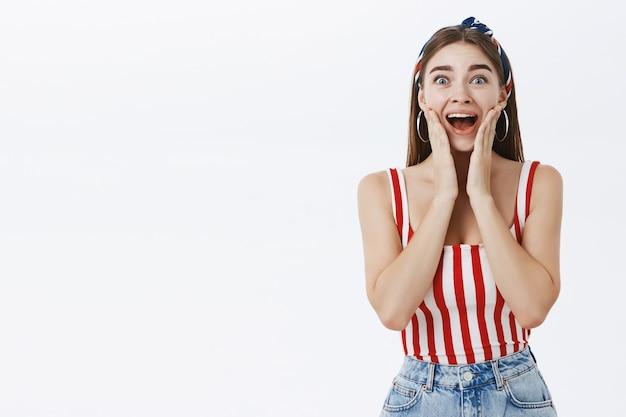 Donna sorpresa e felice eccitata che grida dallo stupore e dalla gioia