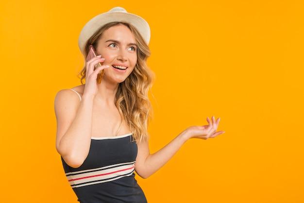 Donna sorridente adulta che parla sul telefono