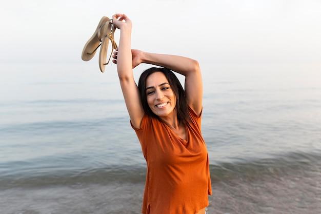 Donna sorridente all'aperto sulla spiaggia