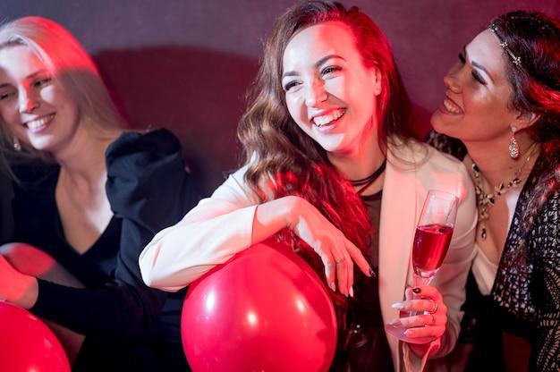 Donna sorridente alla festa con palloncino