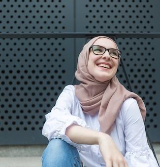 Donna sorridente carina con gli occhiali