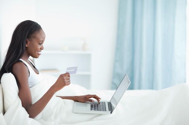 Donna sorridente che compera online