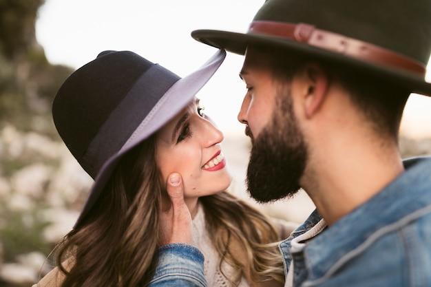 Donna sorridente che esamina il suo ragazzo