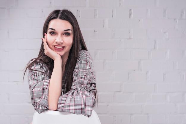 Donna sorridente che guarda l'obbiettivo