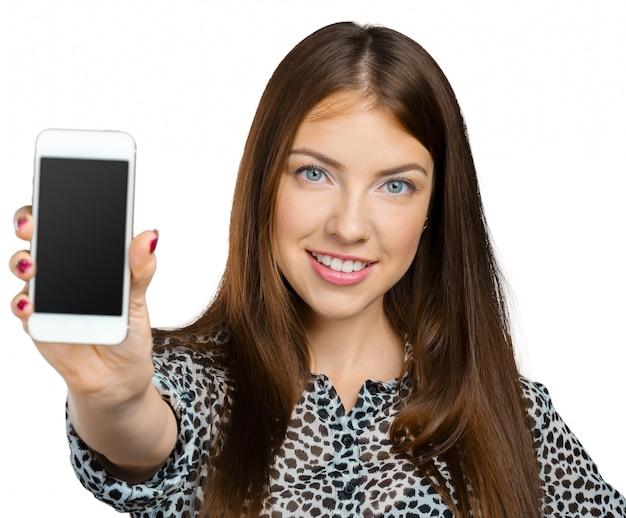 Donna sorridente che mostra lo schermo dello smartphone