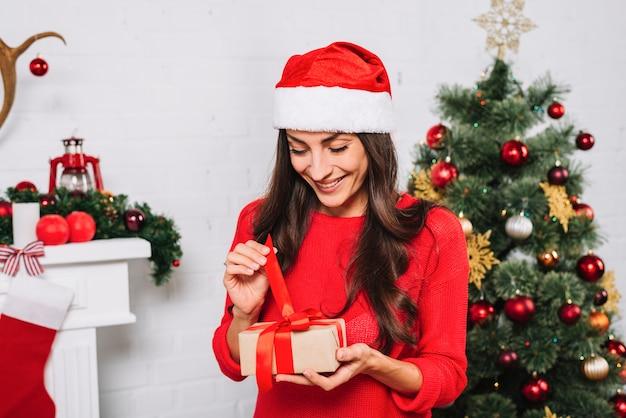 Donna sorridente che tiene scatola attuale