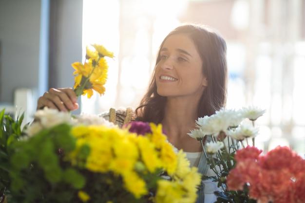 Donna sorridente che tiene un mazzo di fiori