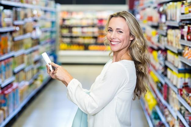 Donna sorridente che usando smartphone