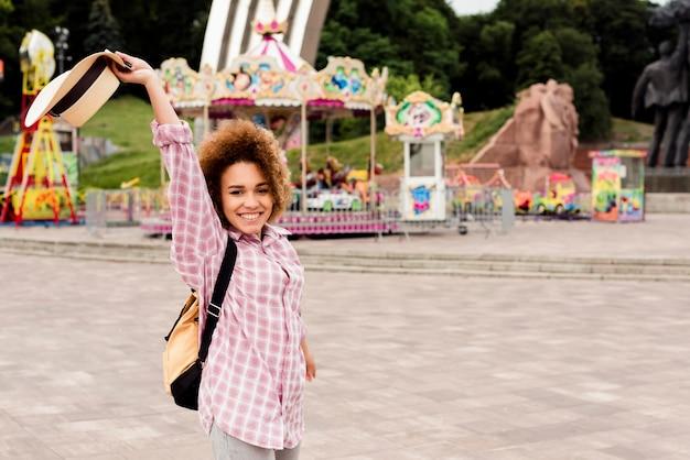 Donna sorridente che va a un parco di divertimenti