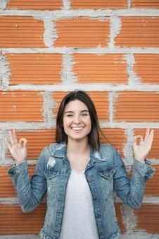 Donna sorridente con gesti ok
