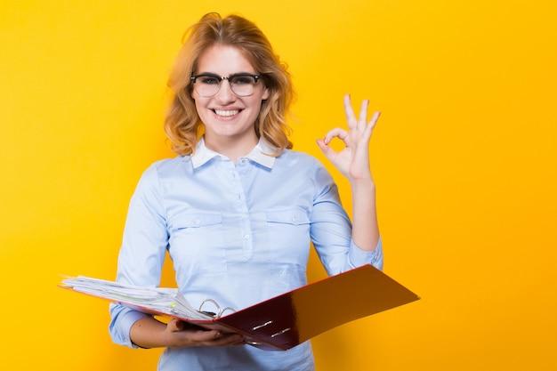 Donna sorridente con grande cartella