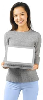 Donna sorridente con il computer portatile