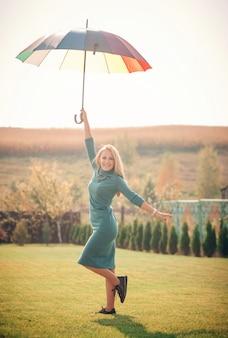Donna sorridente con ombrello