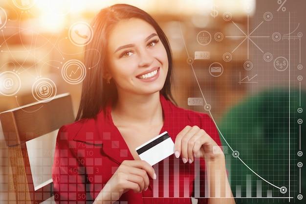 Donna sorridente con una carta di credito