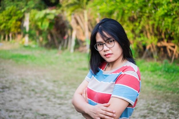 Donna sorridente dell'asia sulla natura