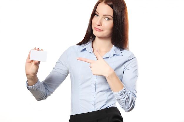 Donna sorridente di affari che consegna un biglietto da visita in bianco sopra fondo bianco