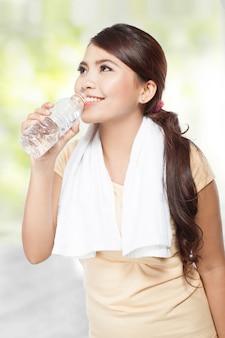 Donna sorridente di forma fisica con acqua