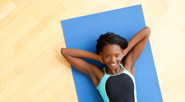 Donna sorridente facendo fitness