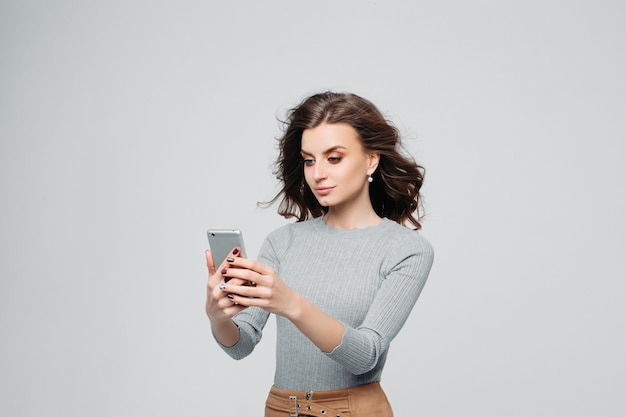 Donna sorridente felice con lo smartphone moderno