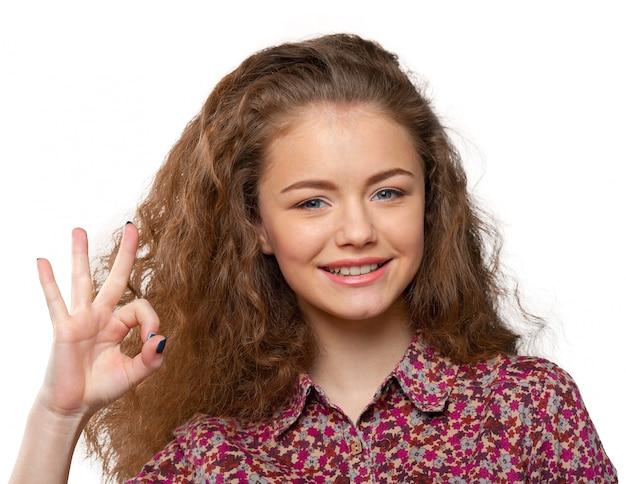 Donna sorridente felice di affari con il segno giusto della mano