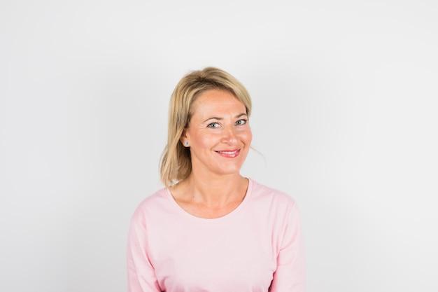 Donna sorridente invecchiata in camicetta di rose