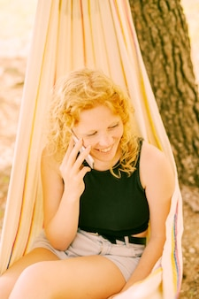 Donna sorridente parlando al telefono