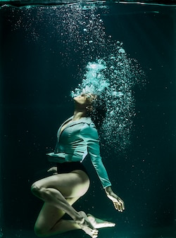 Donna sotto l'acqua
